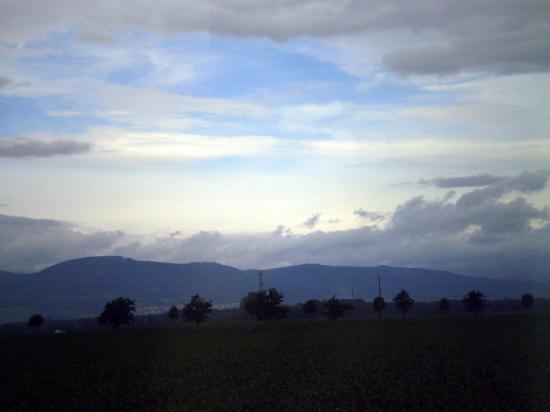 Altitona (Massif du Mont-Sainte-Odile, Alsace) - Vue depuis Meistratzheim.